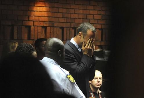 Oscar Pistorius acusado oficialmente de assassinato premeditado