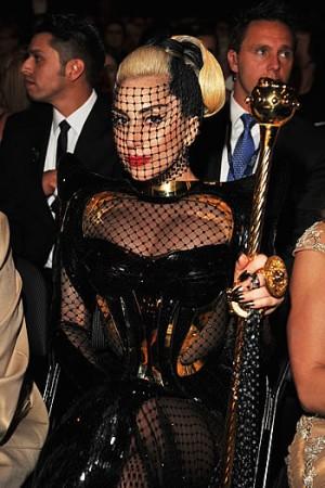 Lady Gaga vai casar com vestido preto e dourado