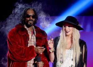 Ke$ha fuma 'cigarro suspeito' durante premiação