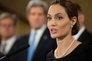 Angelina Jolie revela ter removido seios por causa de câncer