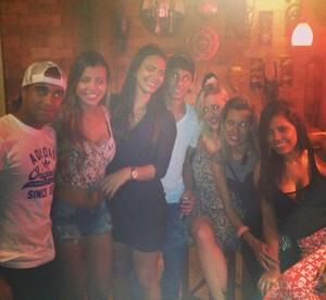 Neymar curte festinha rodeado de musas - Fotos