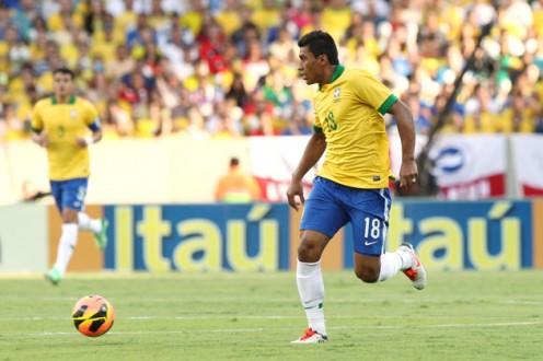 Volante Paulinho perto de fazer história na Seleção