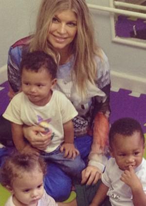 Fergie, cantora do The Black Eyed Peas, estimula educação nas favelas