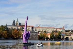 Escultor protesta com obra polêmica contra governo - Fotos