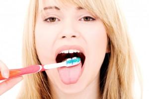 Saiba por que é necessário escovar a língua